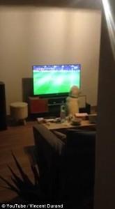 Cane guarda la partita alla tv...attaccato allo schermo