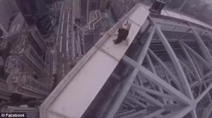 Guarda la versione ingrandita di YOUTUBE Cina,coppia balla su cornicione grattacielo. Arte o incoscienza?