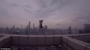 YOUTUBE Cina,coppia balla su cornicione grattacielo. Arte o incoscienza? 10