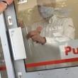 Clienti intrappolati nella stazione di servizio invasa da fumo artificiale
