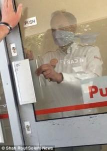 Clienti intrappolati nella stazione di servizio invasa da fumo artificiale10