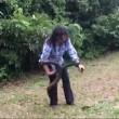 Corre verso siepe e afferra serpente lungo 1,8 metri6