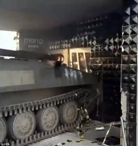 Guarda la versione ingrandita di YOUTUBE Distrugge col carro armato il suo nightclub