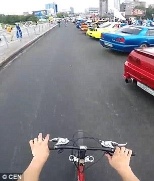 Donna attraversa distratta, ciclista la prende in pieno