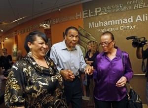Guarda la versione ingrandita di Cassius Clay con la quarta moglie Yolanda Lonnie Alì (quella vestita in viola)