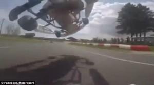 Guarda la versione ingrandita di YOUTUBE Go-kart sorpassa volando con auto sopra avversario