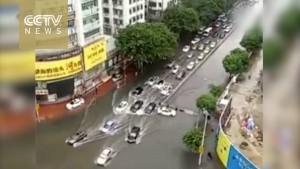 Cina: automobilisti intrappolati trascinati dall'acqua 8