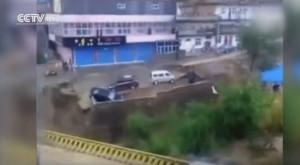 Guarda la versione ingrandita di YOUTUBE Cina, automobilisti intrappolati trascinati dall'acqua