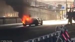 Guarda la versione ingrandita di YOUTUBE Lamborghini da 300mila euro in fiamme in galleria