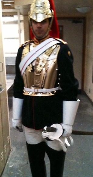 Londra, arrestata guardia regina: FOTO in cui innesca bomba