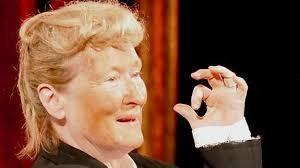 Guarda la versione ingrandita di YOUTUBE Meryl Streep imita Trump: pancione e cravatta rossa