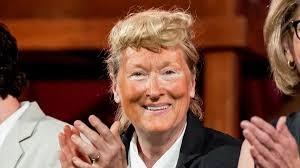 Meryl Streep imita Trump: pancione e cravatta rossa 99