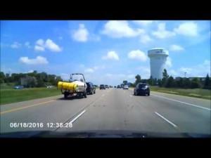 Guarda la versione ingrandita di YOUTUBE Minnesota, auto perde carico e travolge motociclista