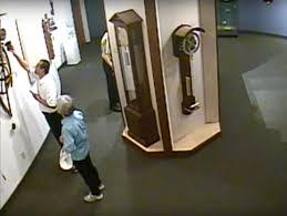 Guarda la versione ingrandita di YOUTUBE Museo orologi: ne tocca uno del 1500 e…