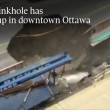 Ottawa, voragine in strada: auto inghiottita6