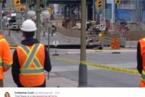 Ottawa, voragine in strada: auto inghiottita7
