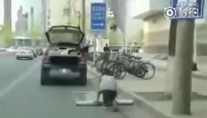 Parcheggia auto su tappetino trasparente con dipinte le strisce bianche 4