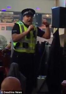 Guarda la versione ingrandita di YOUTUBE Poliziotto nel pub per una rissa, canta al karaoke