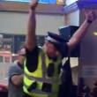 Poliziotto nel pub per una rissa, canta al karaoke3