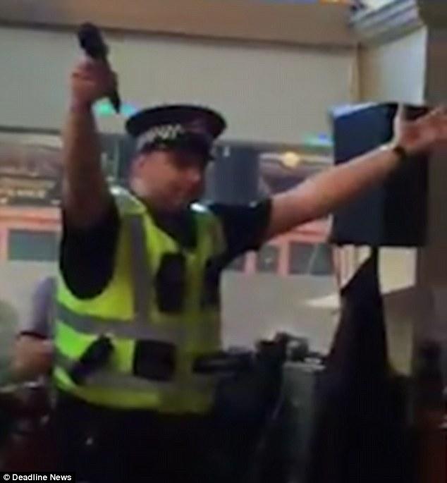 Poliziotto nel pub per una rissa, canta al karaoke2