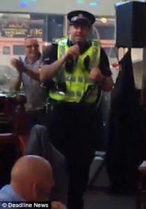 Poliziotto nel pub per una rissa, canta al karaoke1