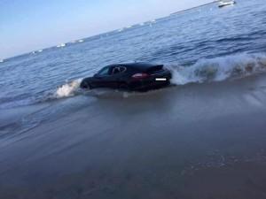Guarda la versione ingrandita di YOUTUBE Porsche in sosta vicino alla spiaggia: la mattina dopo….