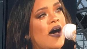 Guarda la versione ingrandita di YOUTUBE Rihanna piange: interrompe concerto e scende dal palco