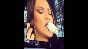 Rihanna piange interrompe concerto e scende dal palco77