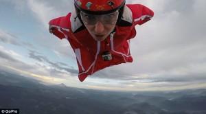 Roberta Mancino modella estrema, volo con tuta alare sul vulcano110