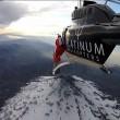 Roberta Mancino modella estrema, volo con tuta alare sul vulcano5