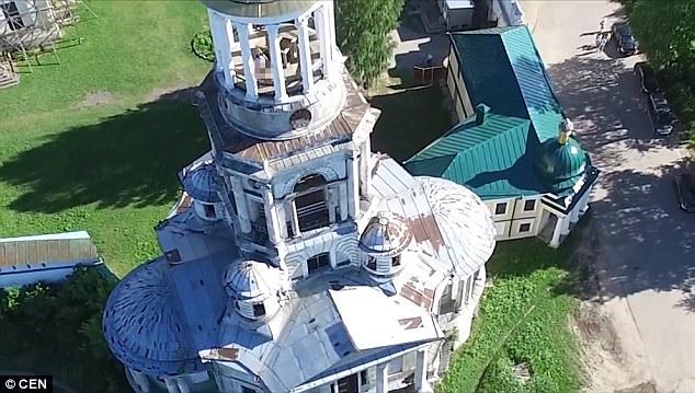 Russia, fanno sesso nella torre del monastero2