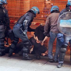Salvini a Bologna, scontri centri sociali polizia 1111
