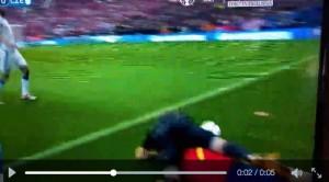 Spagna-Repubblica Ceca, Alvaro Morata travolge il guardalinee VIDEO