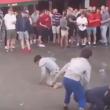 YOUTUBE Hooligans inglesi lanciano monetine ai bimbi profughi 2