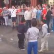 YOUTUBE Hooligans inglesi lanciano monetine ai bimbi profughi 4