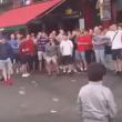 YOUTUBE Hooligans inglesi lanciano monetine ai bimbi profughi 5
