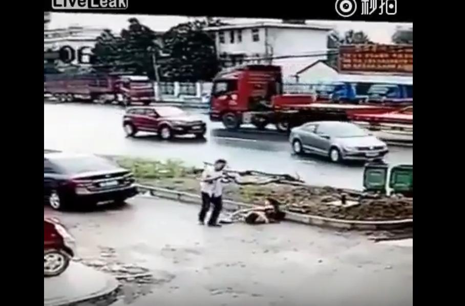 YOUTUBE Cina, uccide a coltellate la moglie in strada, in pieno giorno 6