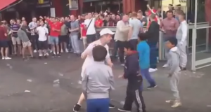 Guarda la versione ingrandita di YOUTUBE Hooligans inglesi lanciano monetine ai bimbi profughi
