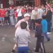 YOUTUBE Hooligans inglesi lanciano monetine ai bimbi profughi 6