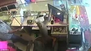Guarda la versione ingrandita di YOUTUBE Scimmia ruba soldi dentro una gioielleria