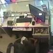 Scimmia ruba soldi dentro una gioielleria3