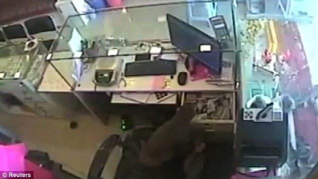 Scimmia ruba soldi dentro una gioielleria4