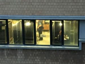 Seggio ripreso da finestra dal vicino si vede cosa votano elettori4