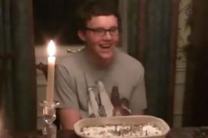 Torta compleanno esplode in faccia al festeggiato