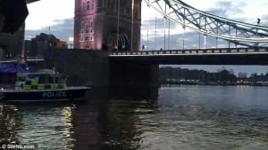 Si arrampica sul Tower Bridge e si mette a fumare6