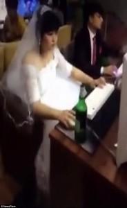 Si sposano e in abito nuziale vanno a giocare4