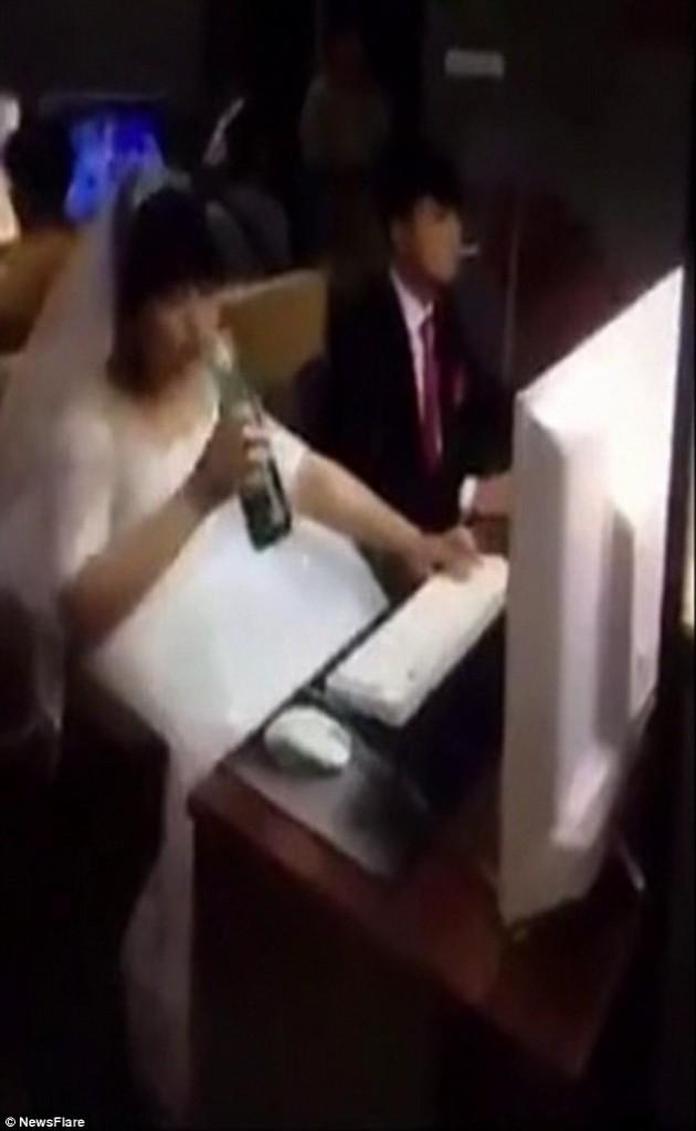 Si sposano e in abito nuziale vanno a giocare