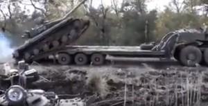 Tank su camion pilota combina un disastro, carro armato si ribalta5