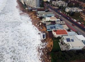Tempesta colpisce Sydney: piscina crolla in mare555