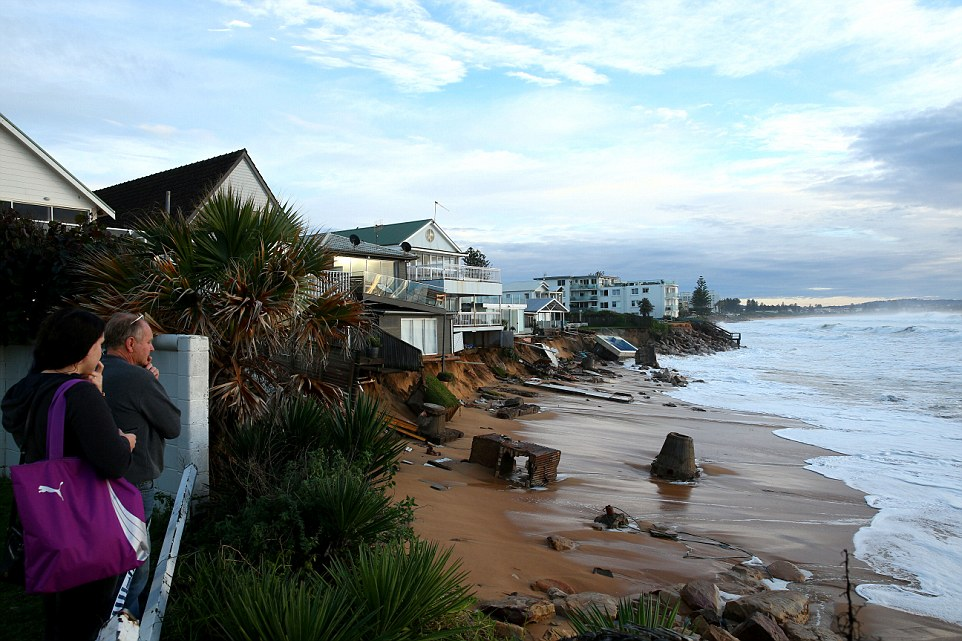 Tempesta colpisce Sydney: piscina crolla in mare 8